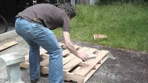 How To Take Apart A Wood Pallet 1
