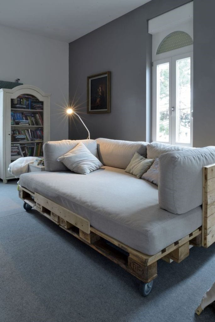 Cozy Pallet Day Bed Design